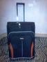 Новый чемодан на колесах черного цвета